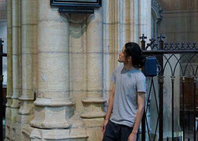 Louis, l'un des modèles, devant le tableau où il est représenté en bourreau
